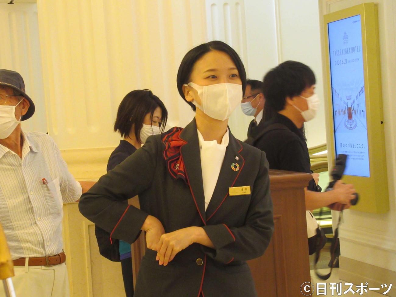 宝塚ホテルのロビーで客を迎える支配人の憧花ゆりのさん(撮影・星名希実)