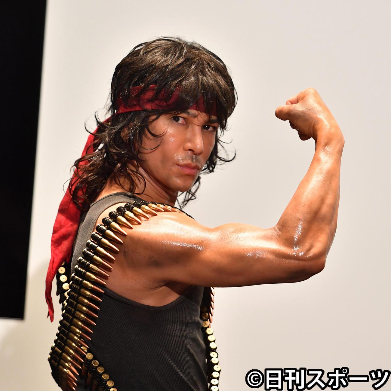 自慢の筋肉を披露するランボーに扮(ふん)した武田真治(2020年6月17日撮影)