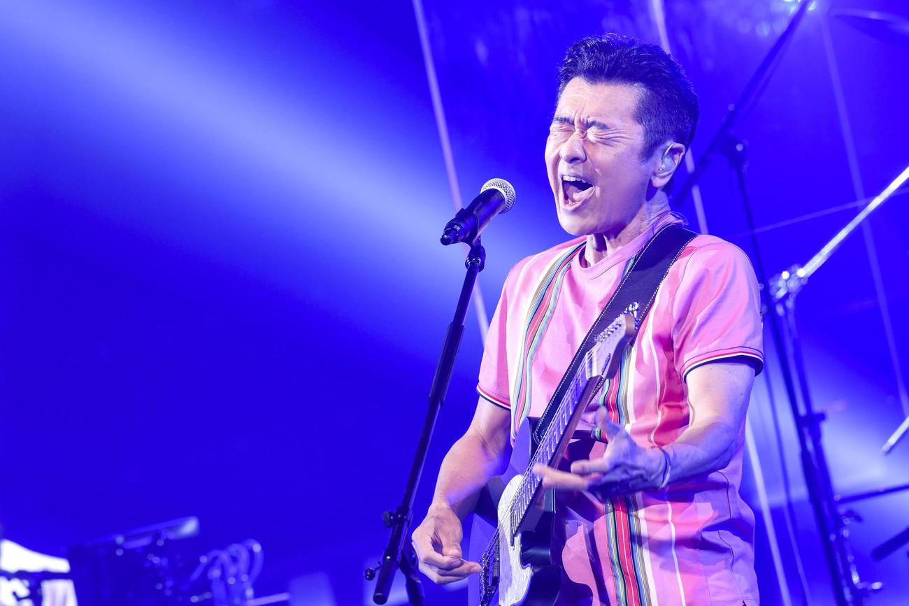 デビュー記念日の無観客ライブで熱唱する桑田佳祐
