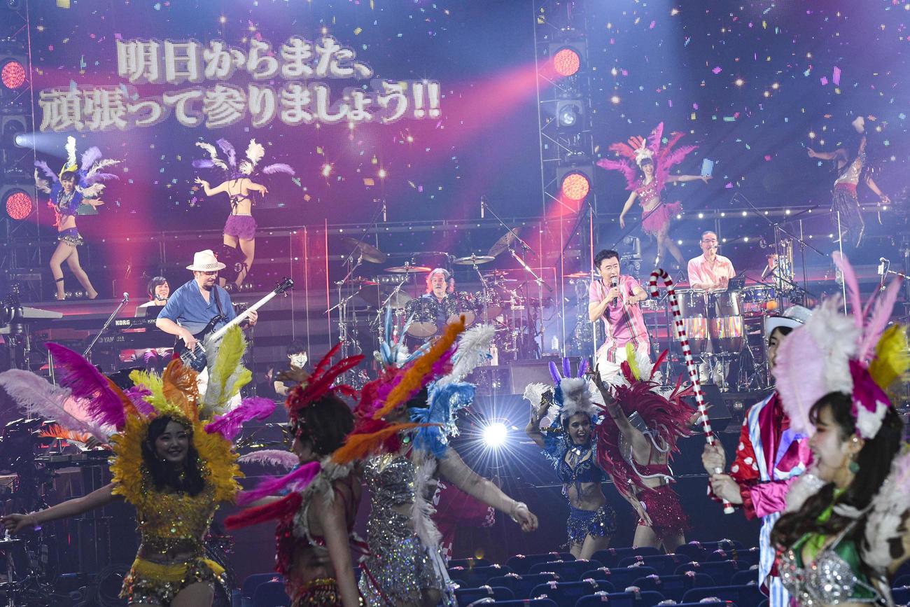 横浜アリーナで無観客ライブを行ったサザンオールスターズ。ダンサーが客席で踊るのも無観客ならでは!