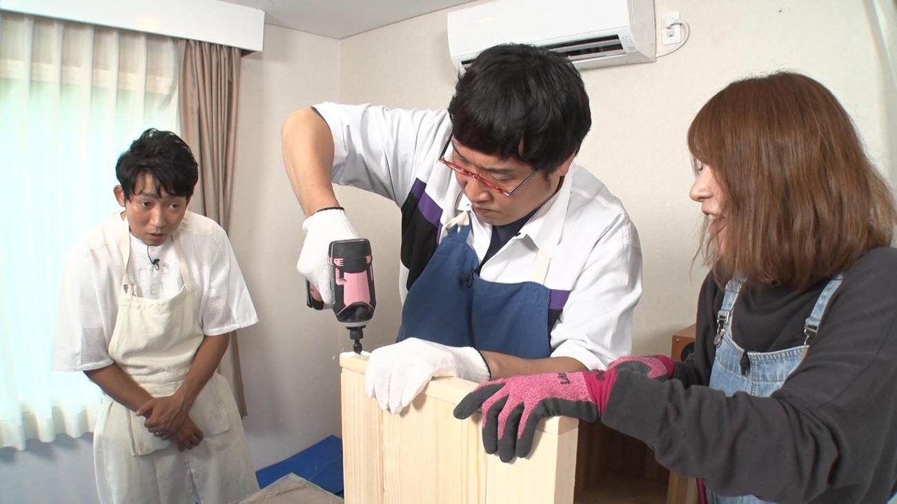 サイドテーブル作りに挑戦した山里亮太(中央)を見詰めるNON STYLEの石田明(左)(提供写真)