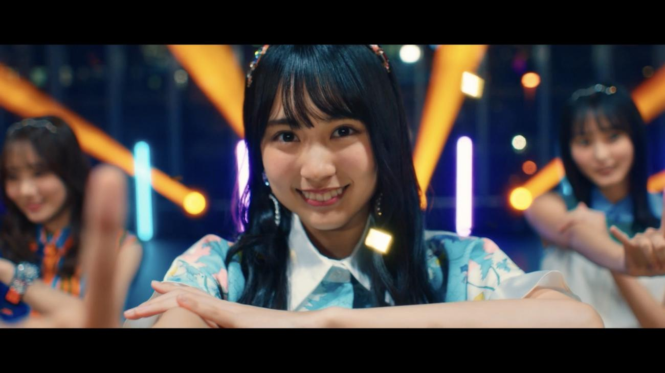 「I see…」ミュージックビデオのワンシーン。笑顔でパフォーマンスする賀喜遥香