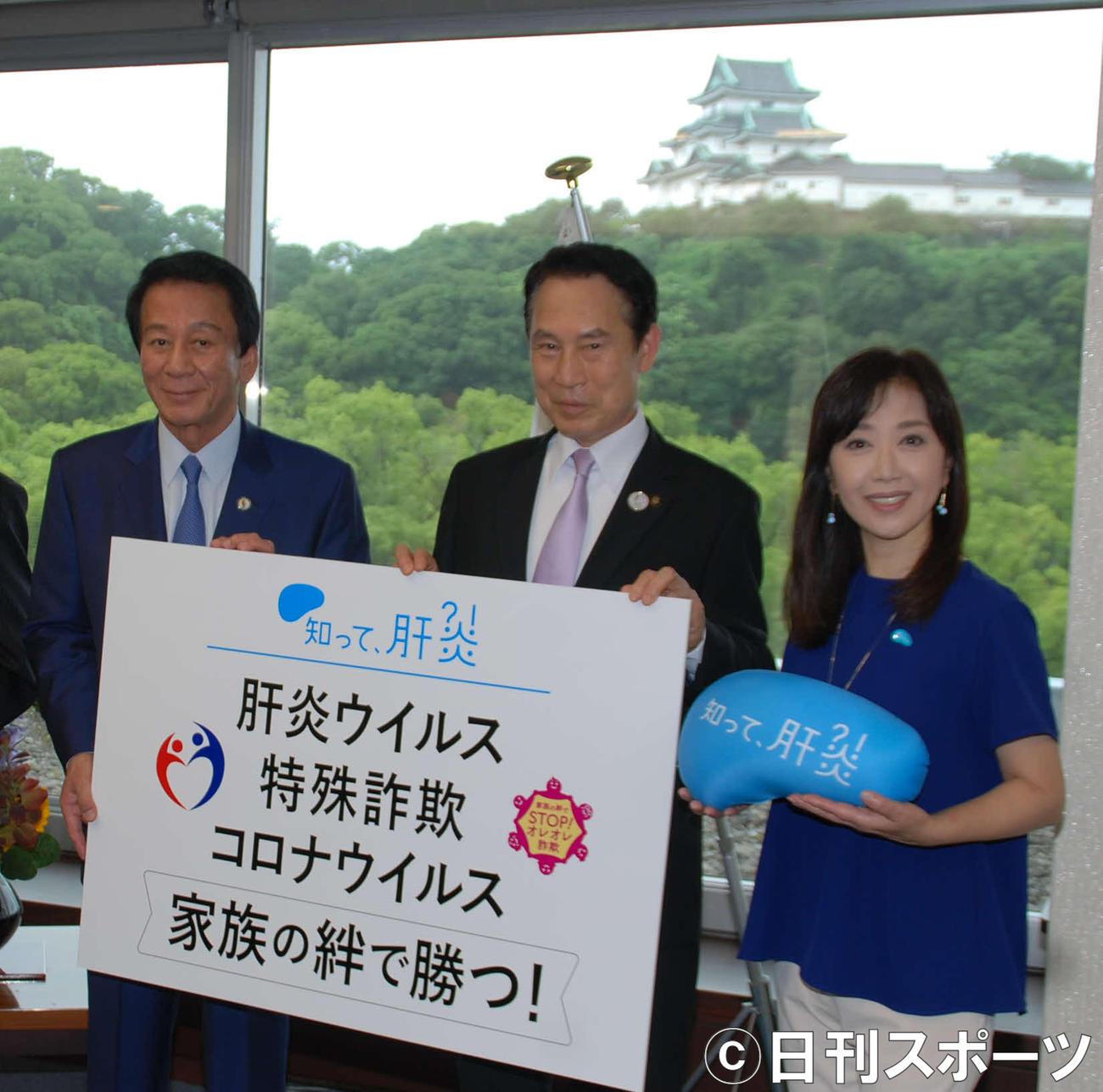 左から杉良太郎、尾花正啓和歌山市長、伍代夏子(撮影・松浦隆司)