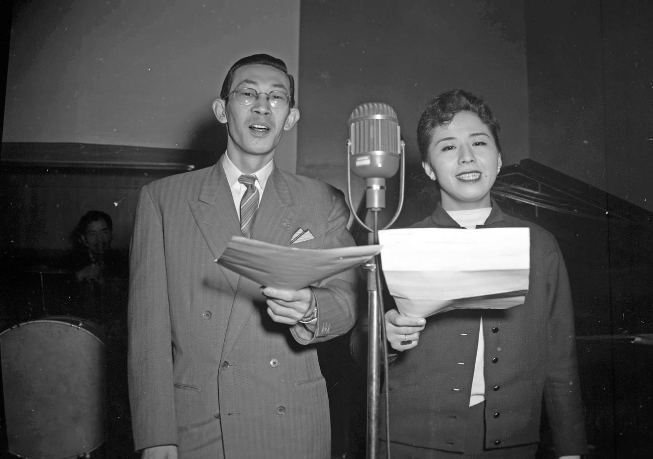 創刊10周年を記念してできた「日刊スポーツの歌」(作詞・村崎守毅、作曲・古関裕而)を吹き込む岡本敦郎(左)とコロムビア・ローズ
