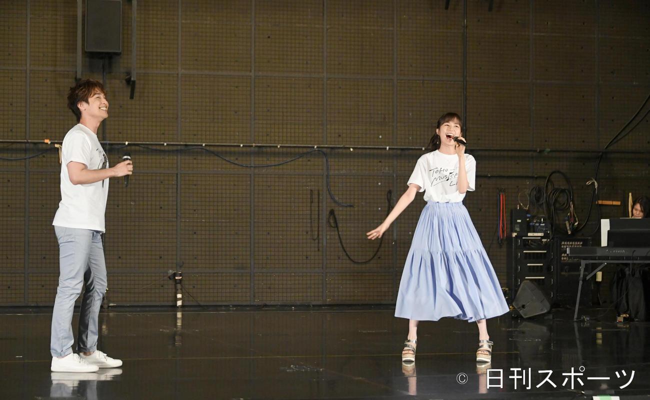 東宝ミュージカルラボの制作発表で歌う、生田絵梨花(右)と海宝直人(撮影・酒井清司)
