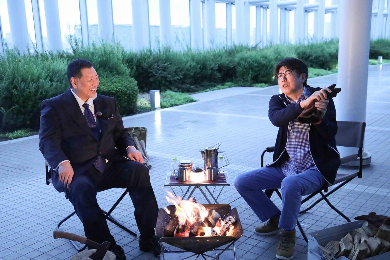 「石橋、薪を焚べる」で石橋貴明(右)と笑顔でトークする清原和博氏