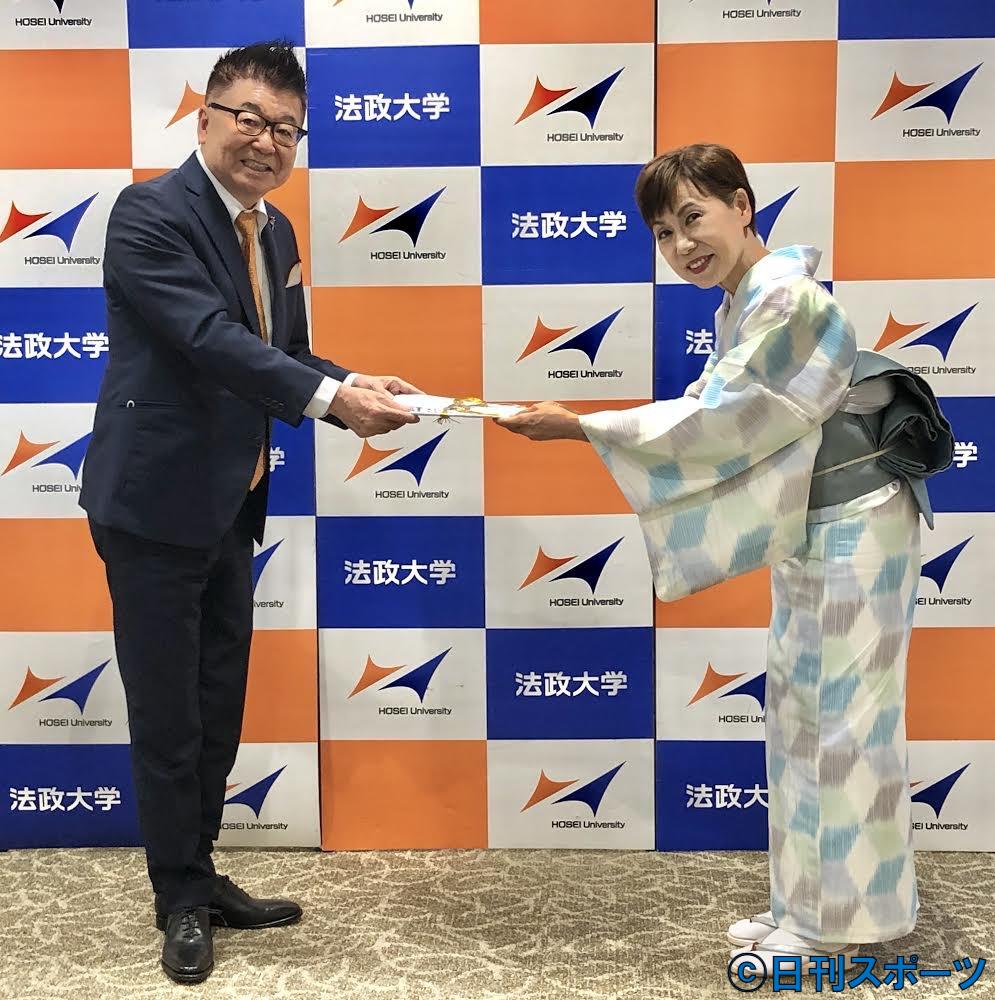 生島ヒロシ(左)は法大の田中優子総長から感謝状を贈られた
