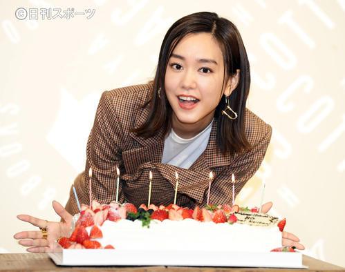 30歳記念のフォトブックを発売し、サプライズのバースデーケーキを前に笑顔で記念撮影する桐谷美玲(撮影・浅見桂子)