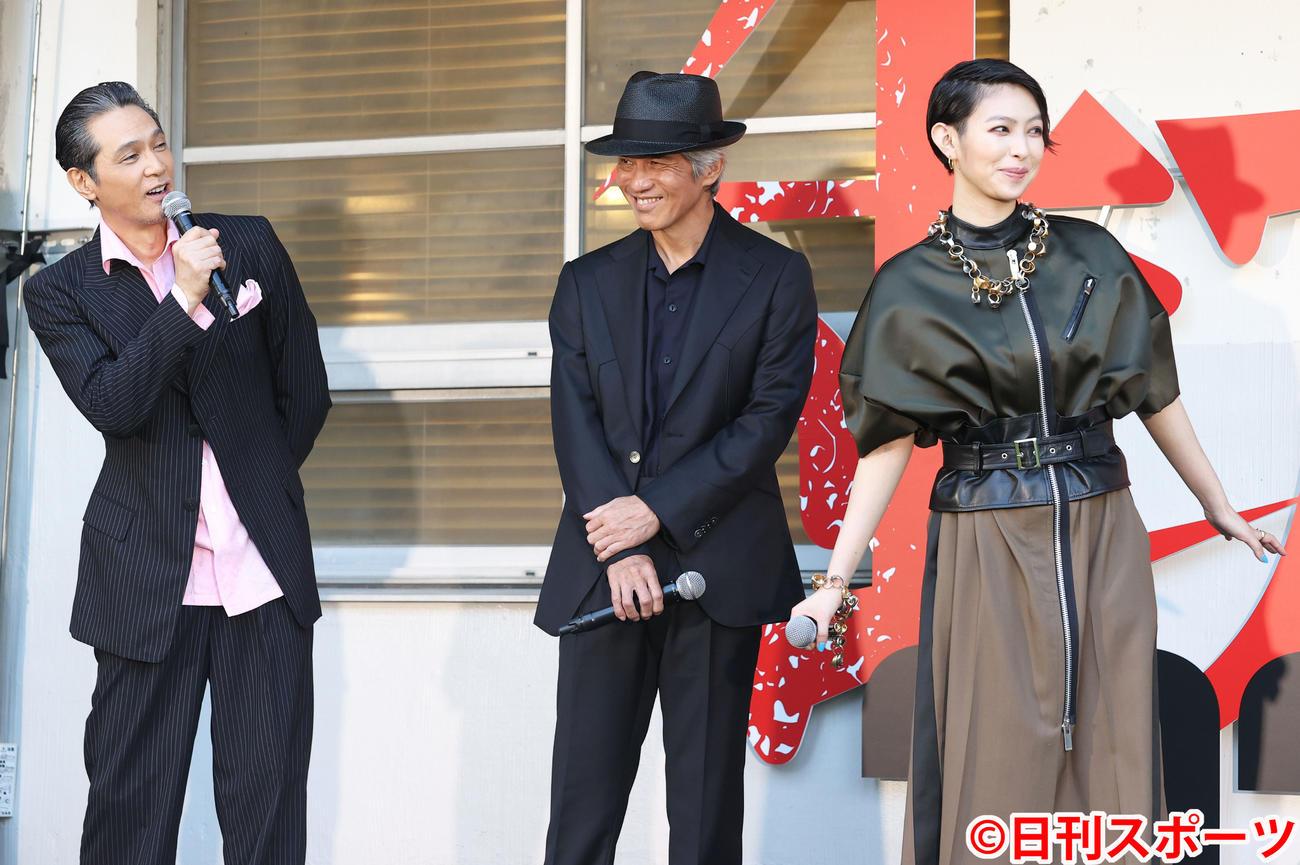 映画「銃2020」完成発表会見 会見に登壇し笑顔を見せる左から加藤雅也、佐藤浩市、主演の日南響子(2020年7月2日撮影)