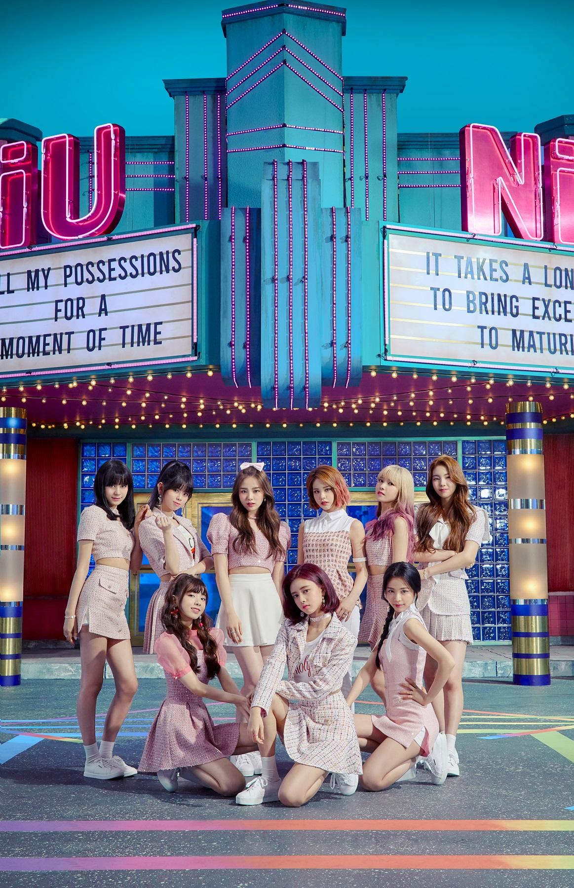 NiziUのデビューメンバー。前列左からミイヒ、リマ、マヤ。後列左からニナ、リク、リオ、マコ、マユカ、アヤカ