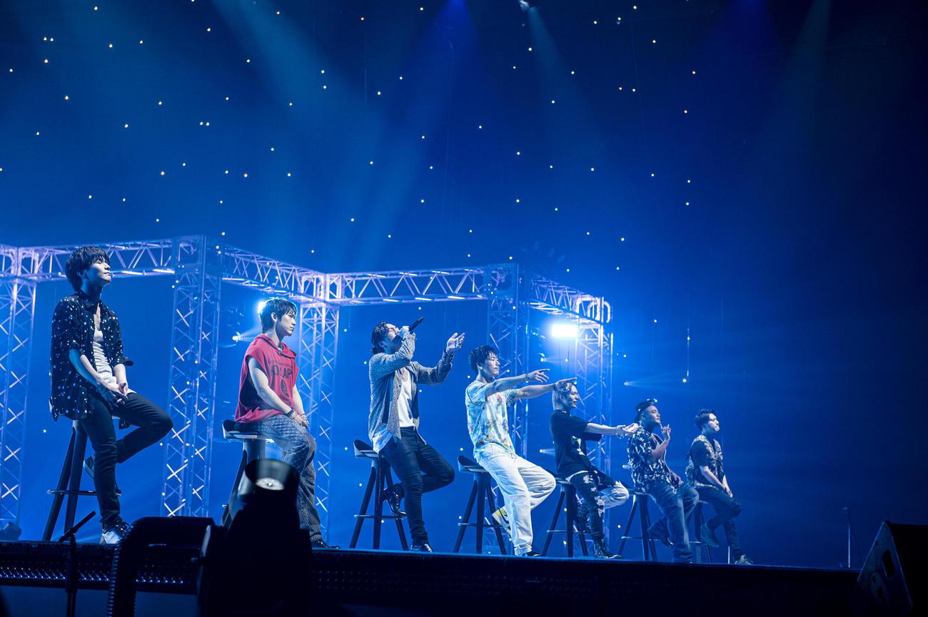 配信ライブ「LIVE×ONLINE」を行った三代目 J SOUL BROTHERS。左から岩田剛典、NAOTO、登坂広臣、小林直己、今市隆二、ELLY、山下健二郎