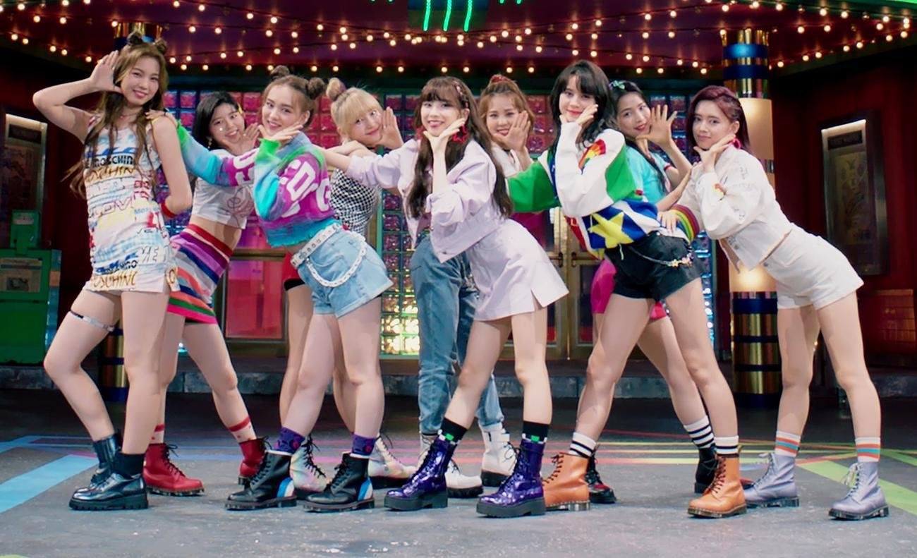 NiziUのデビューメンバー。左からアヤカ、リク、リオ、マユカ、ミイヒ、マコ、ニナ、マヤ、リマ