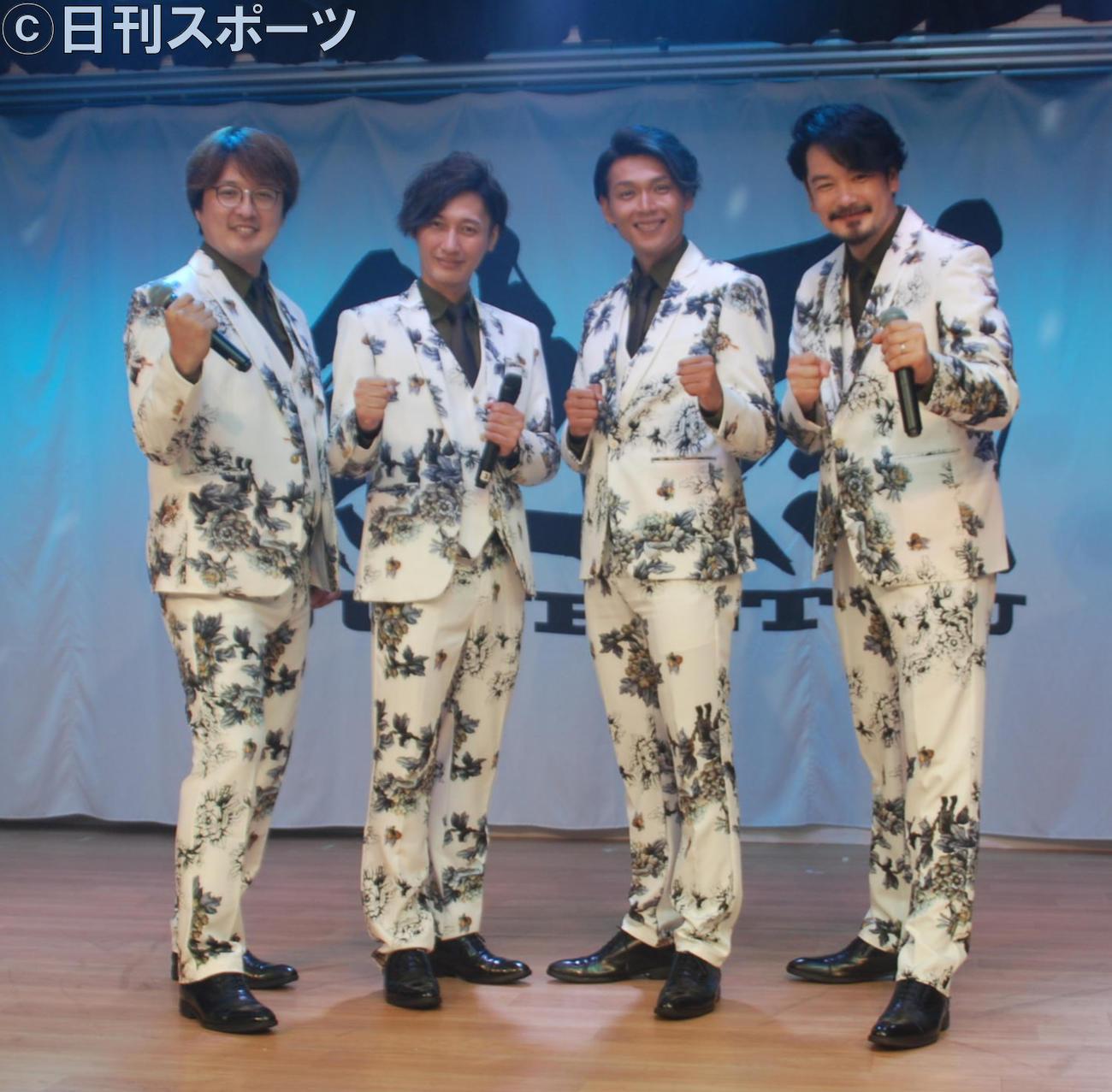 「純烈」の左から酒井一圭、後上翔太、白川裕二郎、小田井涼平(撮影・松浦隆司)