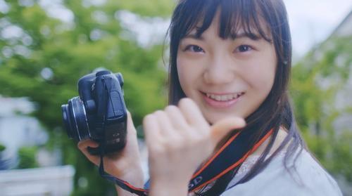新曲「シャーベットピンク」のミュージックビデオで笑顔を見せるセンターの藤崎未夢(C)Flora