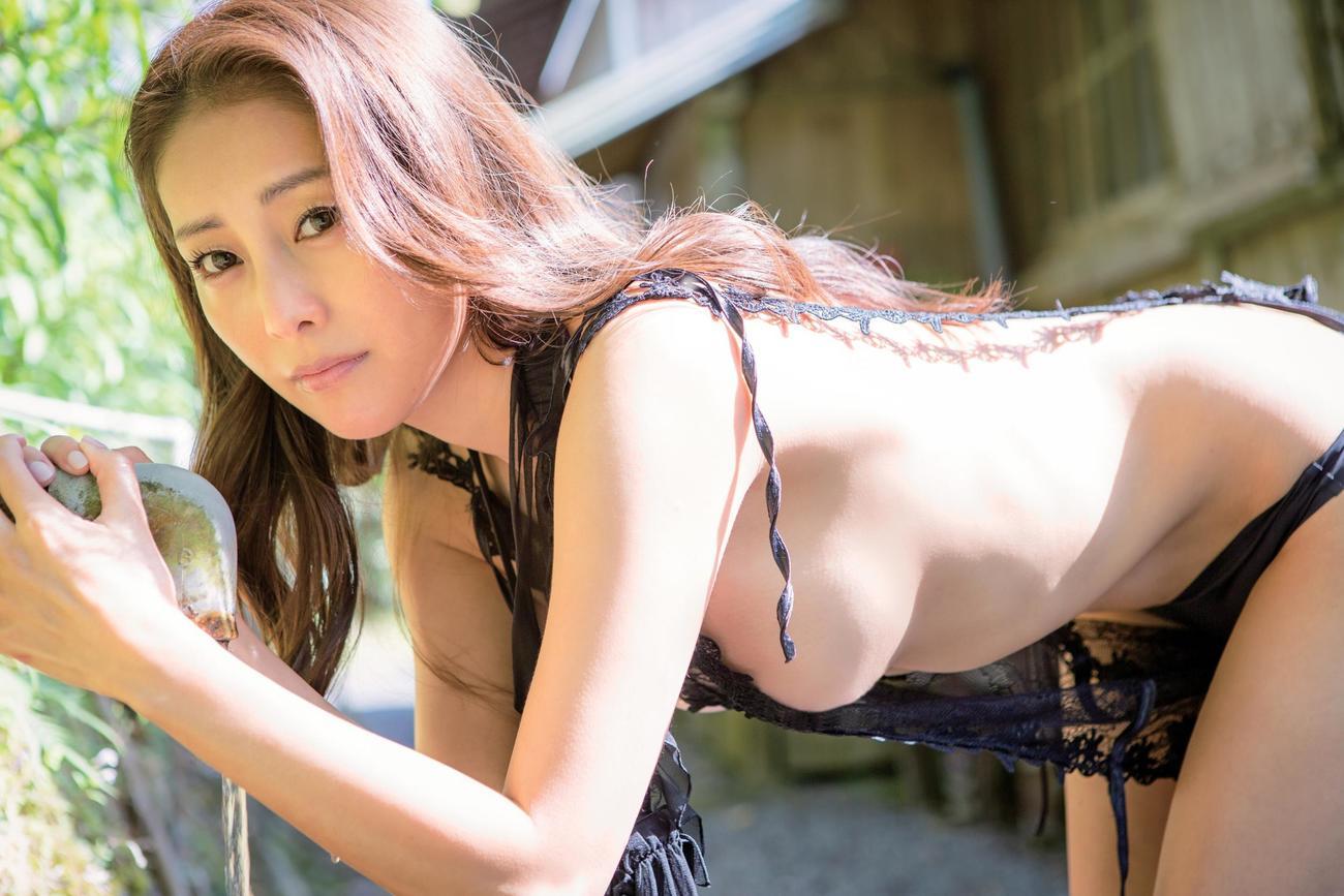 16年ぶりの写真集「Bare Self」の発売イベントを行う熊切あさ美