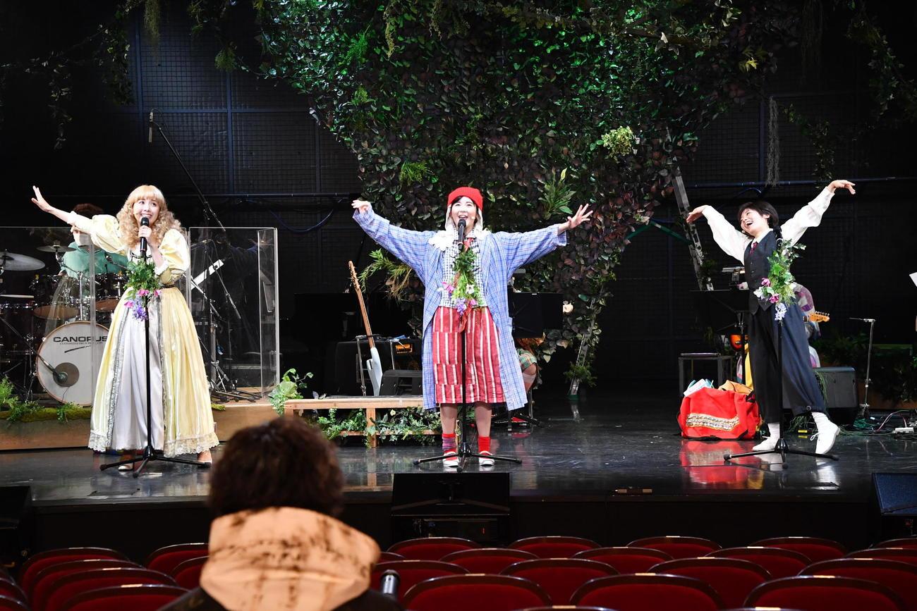 ミュージカル「CALL」に出演した(左から)妃海風、田村芽実、森本華。手前は木村達成