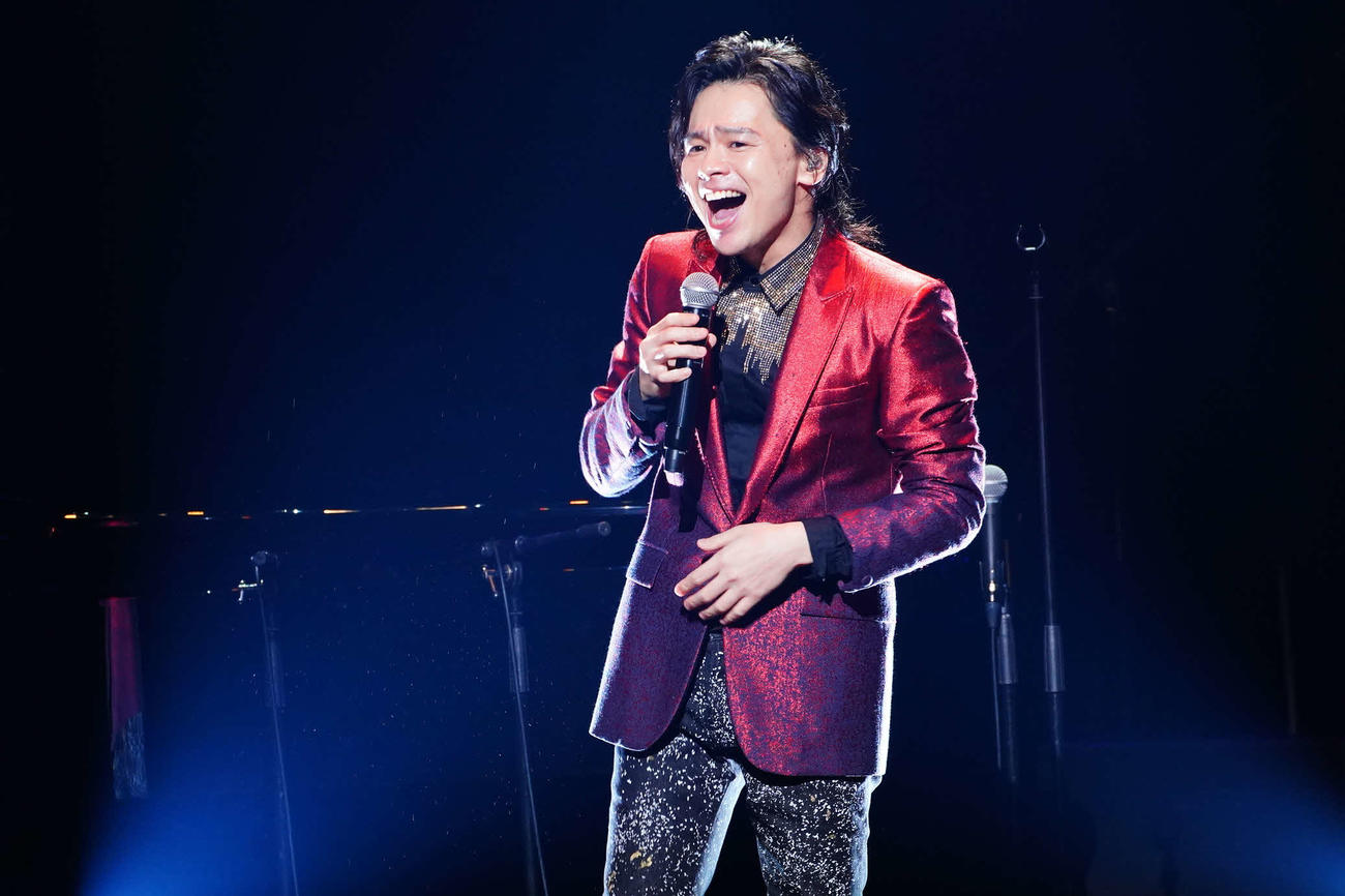 コンサートで歌唱する中川晃教