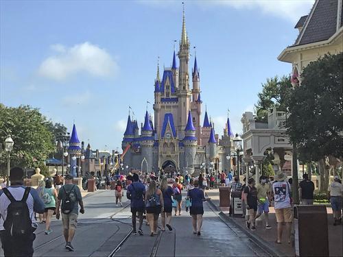 営業を再開した米フロリダ州オーランドのウォルト・ディズニー・ワールド(AP)