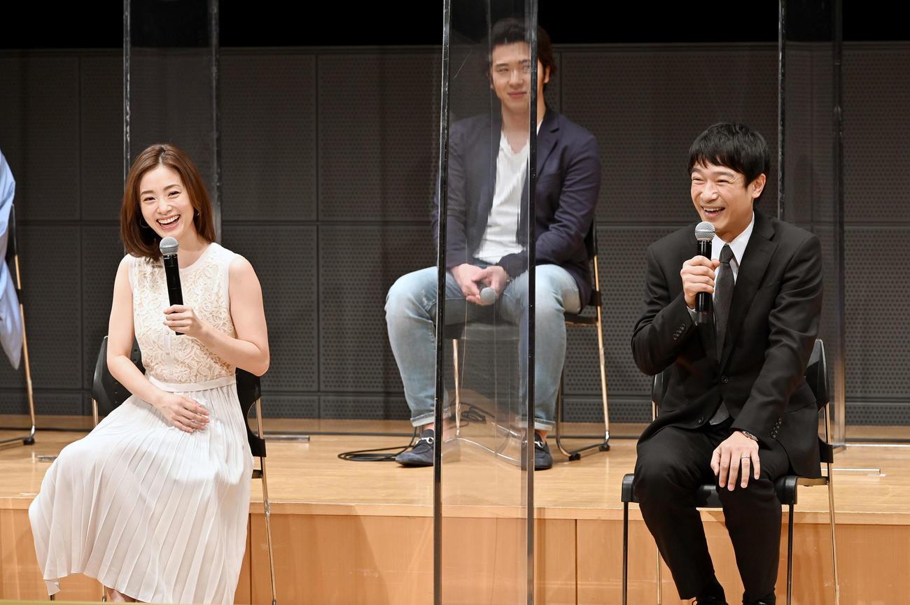 TBS系日曜劇場「半沢直樹」の制作発表会に出席し、笑顔を見せる上戸彩(左)と堺雅人(C)TBS