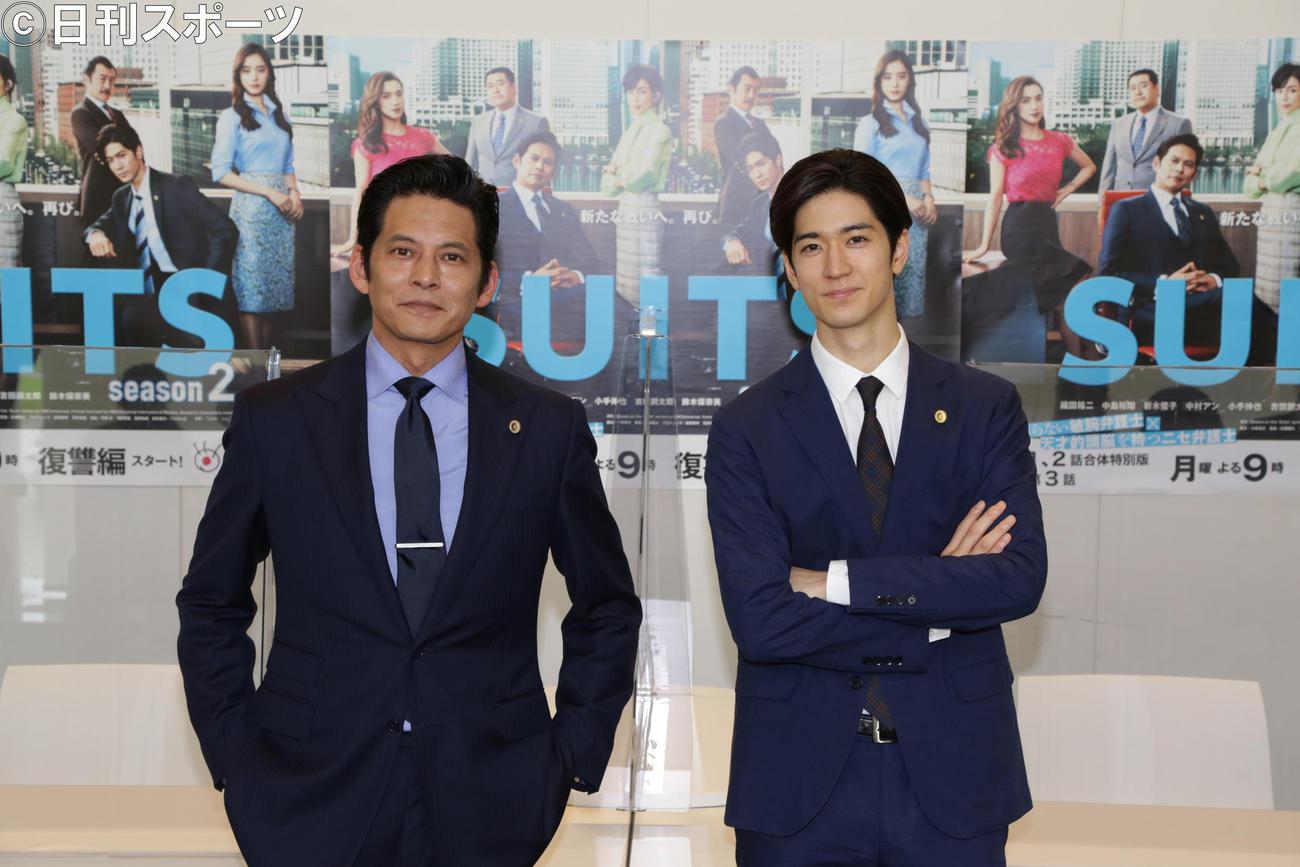 取材会冒頭に撮影に応じる織田裕二(左)と中島裕翔
