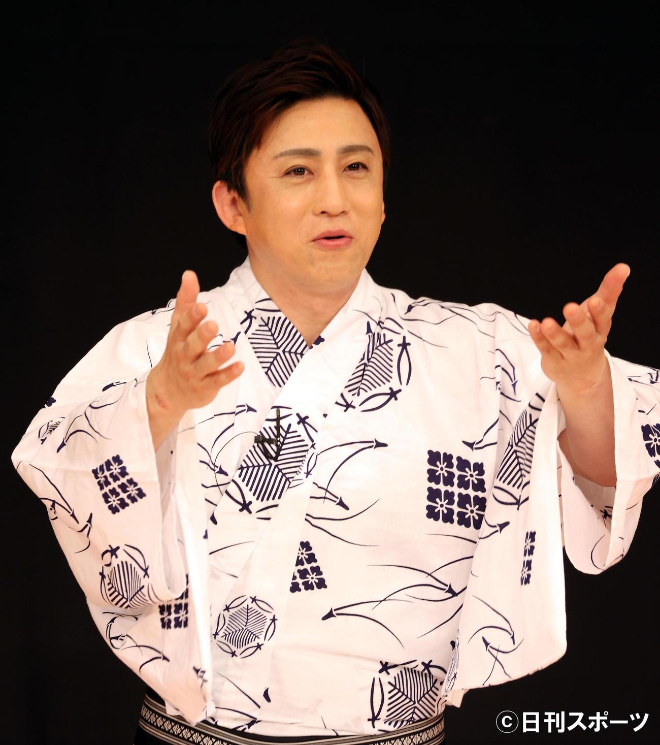 「八月花形歌舞伎」制作発表会見で身ぶり手ぶりをまじえて歌舞伎について話す松本幸四郎