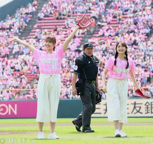 楽天対オリックス 始球式を行い笑顔を見せる欅坂46の守屋茜(左)と石森虹花(撮影・足立雅史)