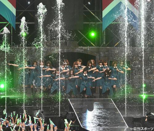 17年7月、欅坂46初野外単独ライブ「欅共和国 2017」 屋外コンサートを開いた欅坂46は噴水の中で「サイレントマジョリティー」を披露する