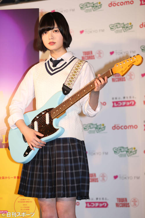 「未確認フェスティバル2017」の応援ガールに就任し、ギターを手にする欅坂46の平手友梨奈