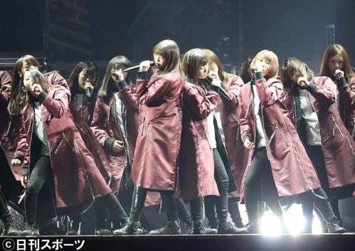 2nd YEAR ANNIVERSARY LIVEの1曲目「ガラスを割れ! 」でセンターを務めた欅坂46の、中央左から小林由依、今泉佑唯