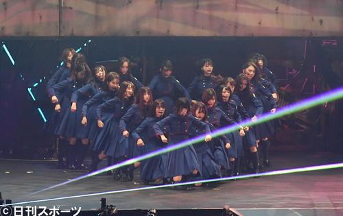 アンコールで「不協和音」を披露する欅坂46