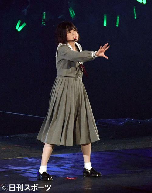 アンコールで「角を曲がる」を披露する欅坂46の平手友梨奈