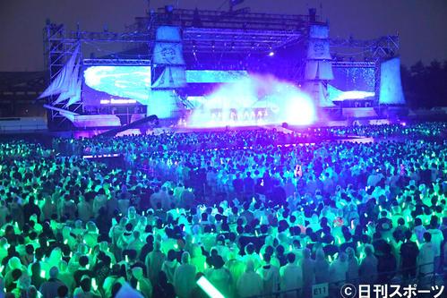 「欅共和国2019」1万6000人のファンが緑のサイリウムを振り、巨大な帆船をかたどったステージが緑の海の中を行く幻想的な風景が浮かび上がった