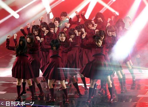 第70回NHK紅白歌合戦 「不協和音」を熱唱し、メンバーに担がれステージを後にする欅坂46平手友梨奈(撮影・横山健太)
