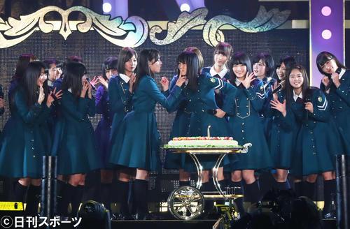 欅坂46の菅井友香(中央右)はデビュー1周年記念のケーキを守屋茜(同左)から食べさせてもらう(撮影・足立雅史)