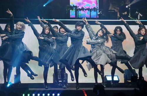 19年5月、欅坂46・3周年アニバーサリーライブ千秋楽公演でパフォーマンスする平手友梨奈(中央)