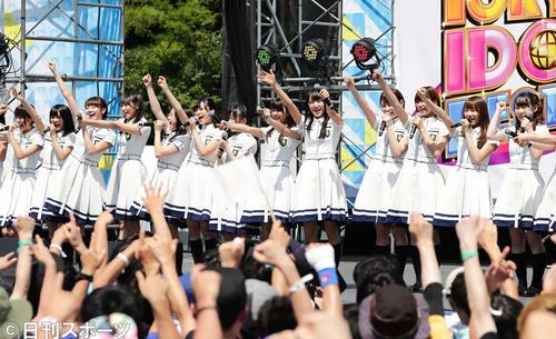猛暑の中、元気いっぱいのステージを繰り広げた欅坂46(撮影・丹羽敏通)