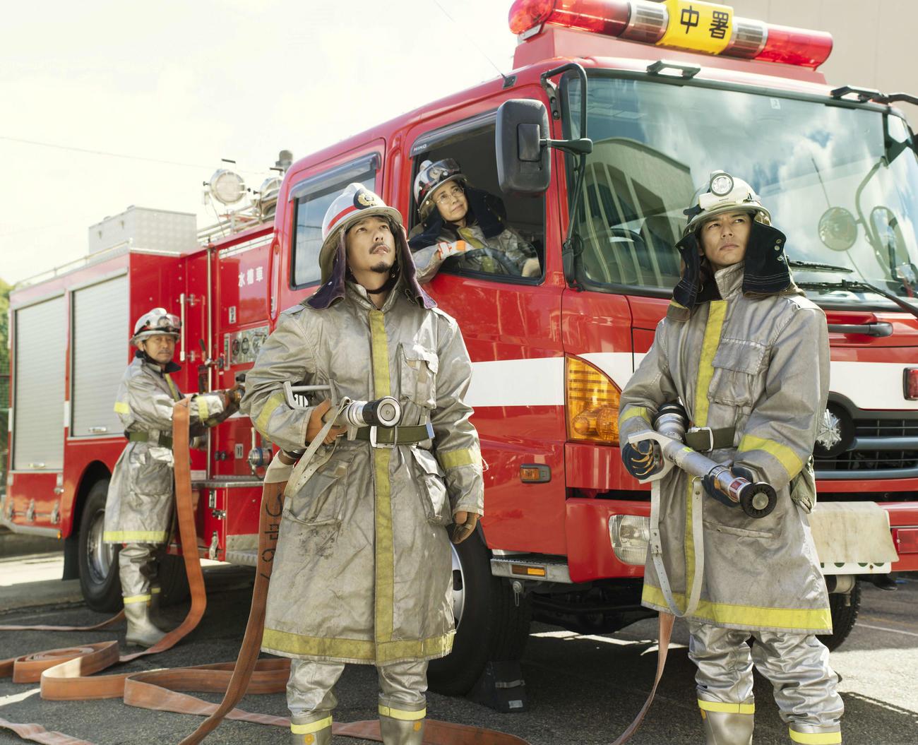 映画「浅田家!」で消防士になりきる浅田家を演じたキャスト。左から平田満、二宮和也、風吹ジュン、妻夫木聡