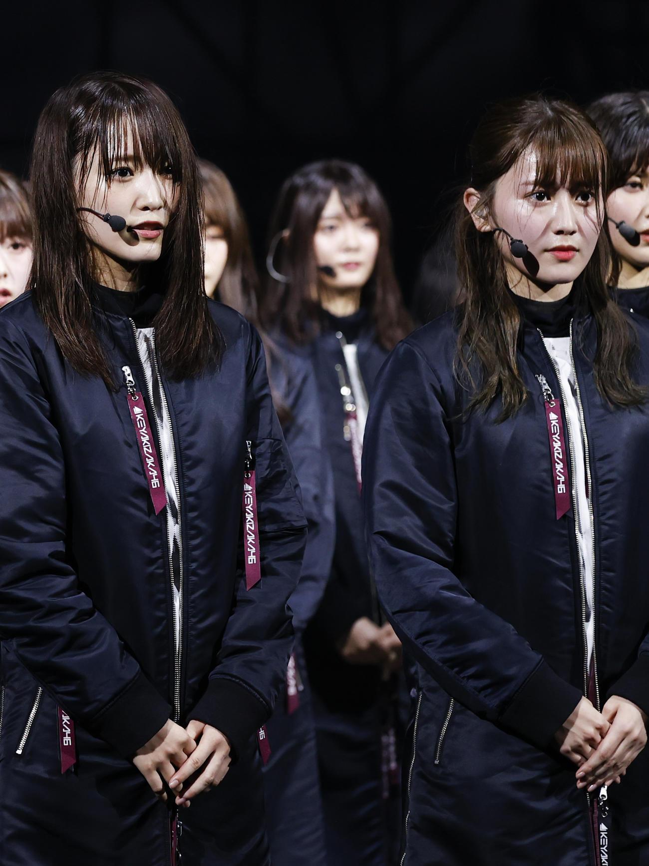 スピーチする欅坂46菅井友香(左)と守屋茜