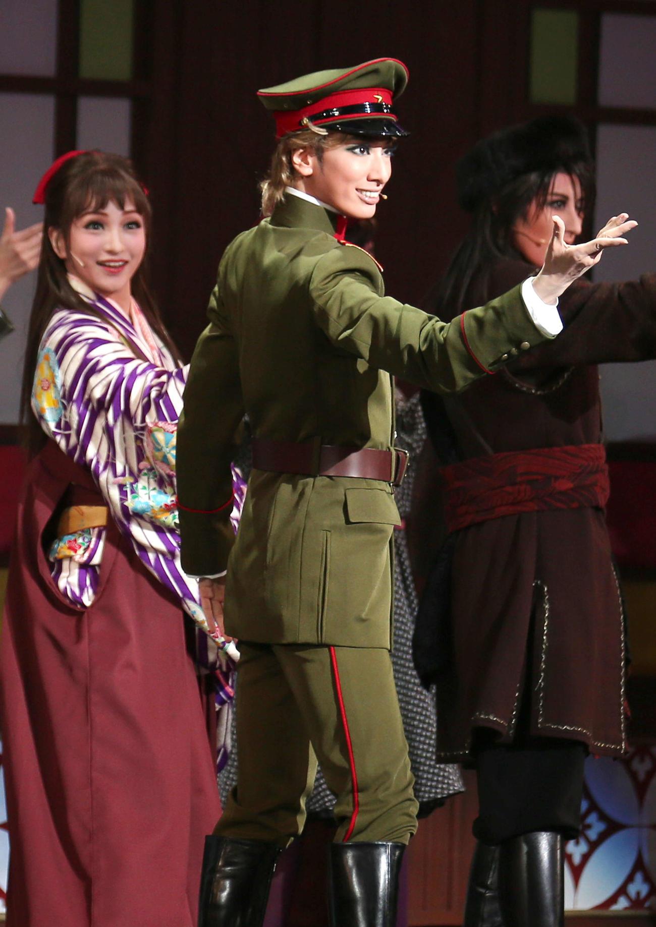 130日ぶり再開となった花組公演に主演した新トップ柚香光(右)と、相手娘役の華優希(撮影・上山淳一)