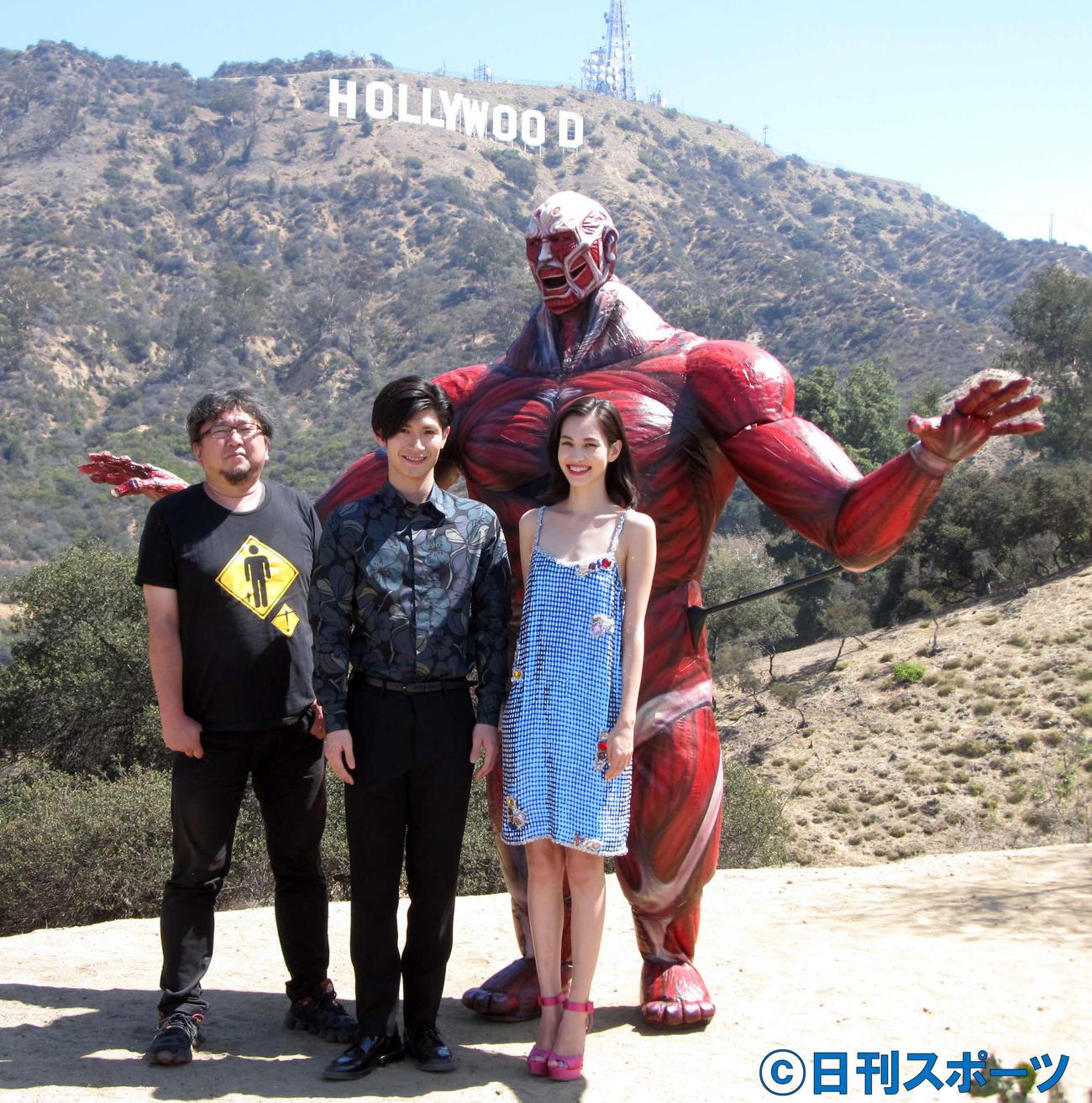 映画「進撃の巨人」ワールドプレミア上映会 巨人とともに笑顔を見せる三浦春馬さん(中央)。左は樋口真嗣監督、右は水原希子(2015年7月14日撮影)