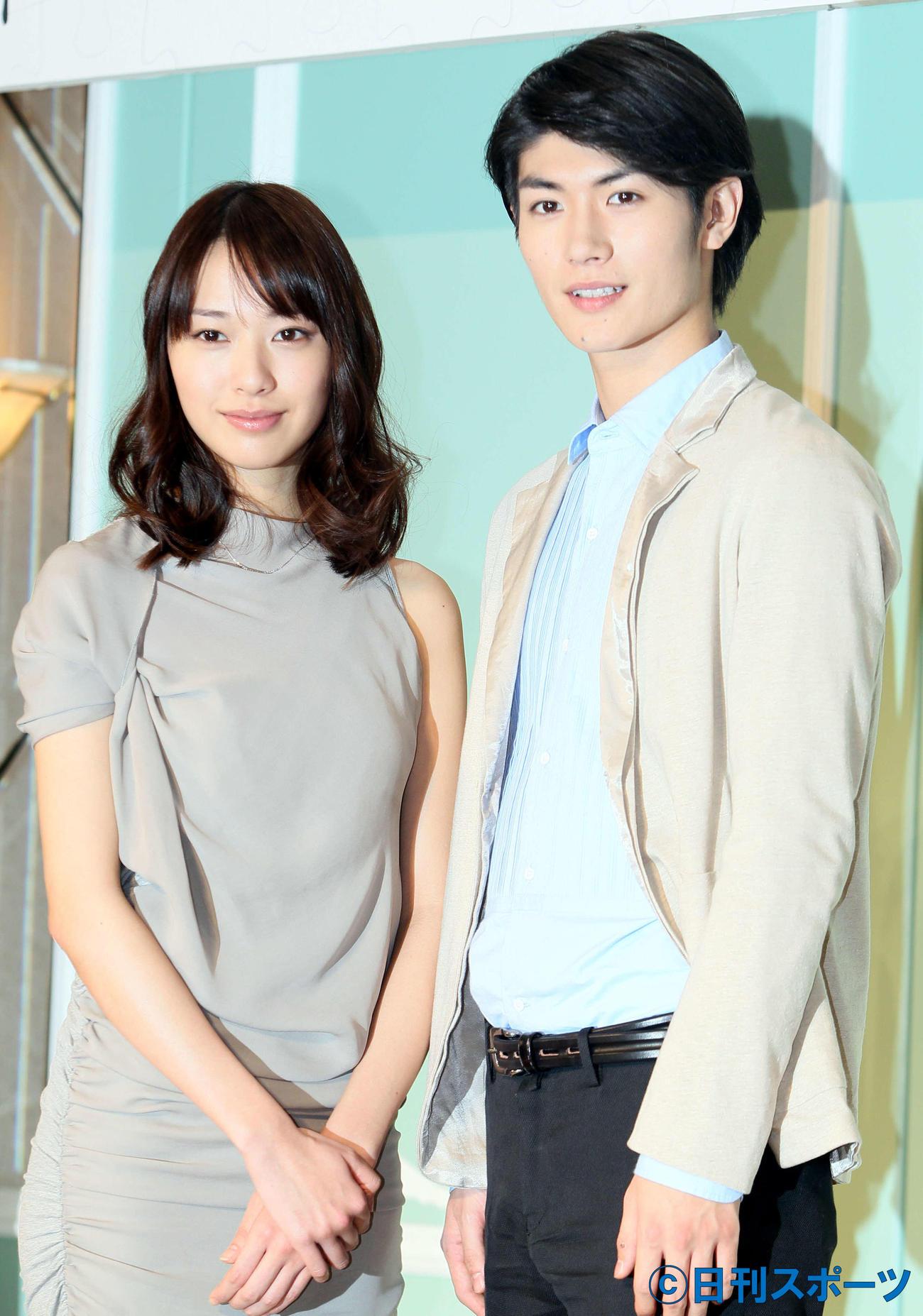 ドラマ「大切なことはすべて君が教えてくれた」の会見で記念撮影する戸田恵梨香(左)と三浦春馬さん(2011年1月5日撮影)