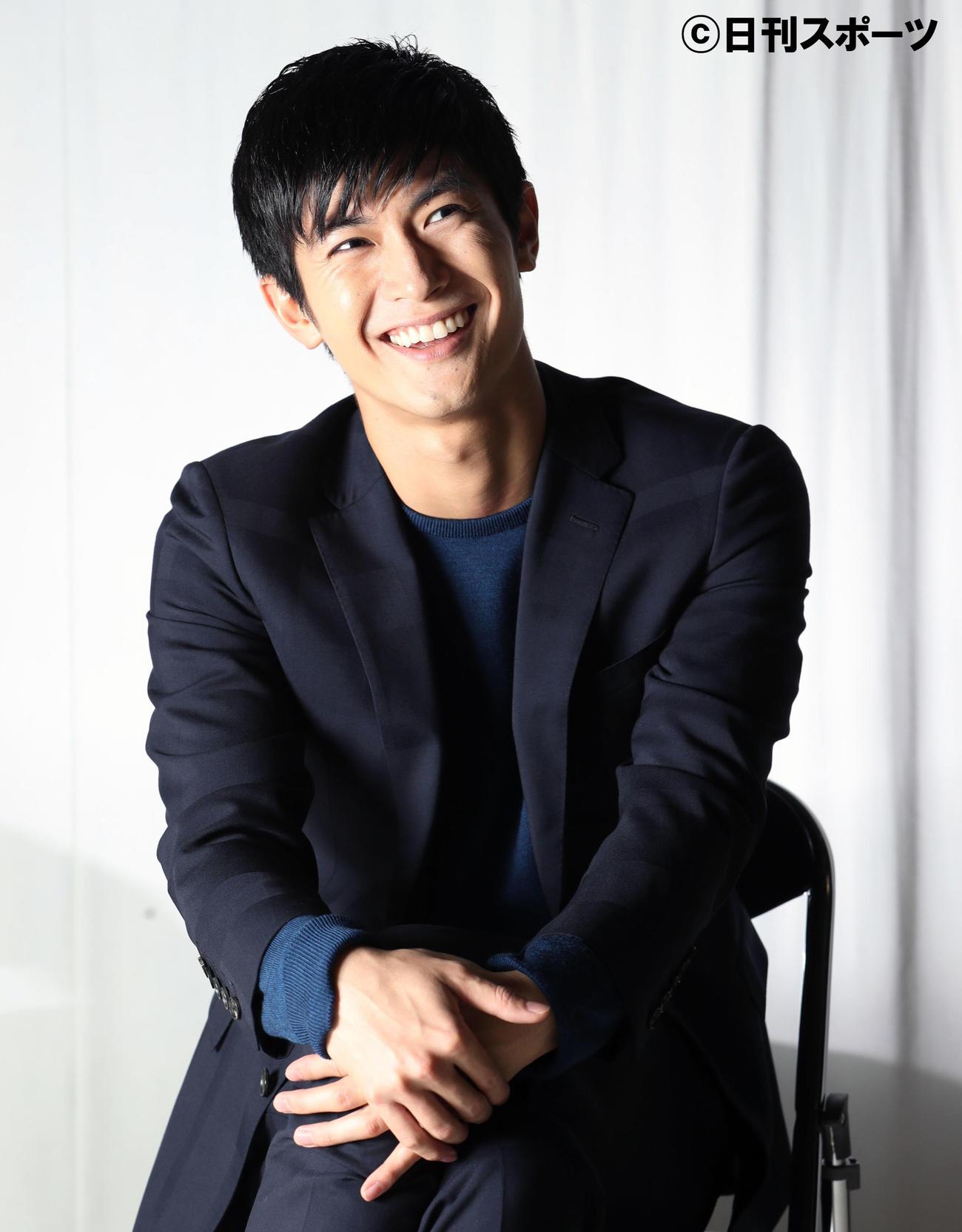 16年11月、日刊スポーツのインタビューで笑顔を見せる三浦春馬さん