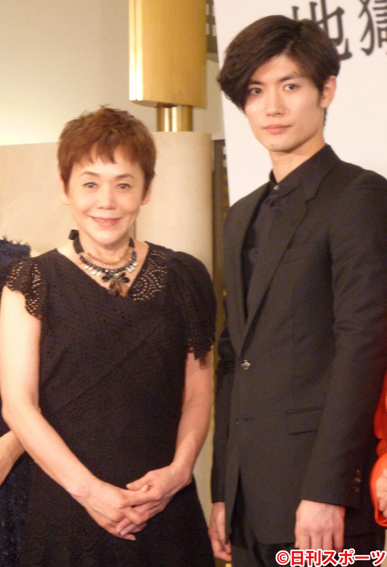 舞台「地獄のオルフェウス」に出演した大竹しのぶと三浦春馬さん(2015年3月25日撮影)