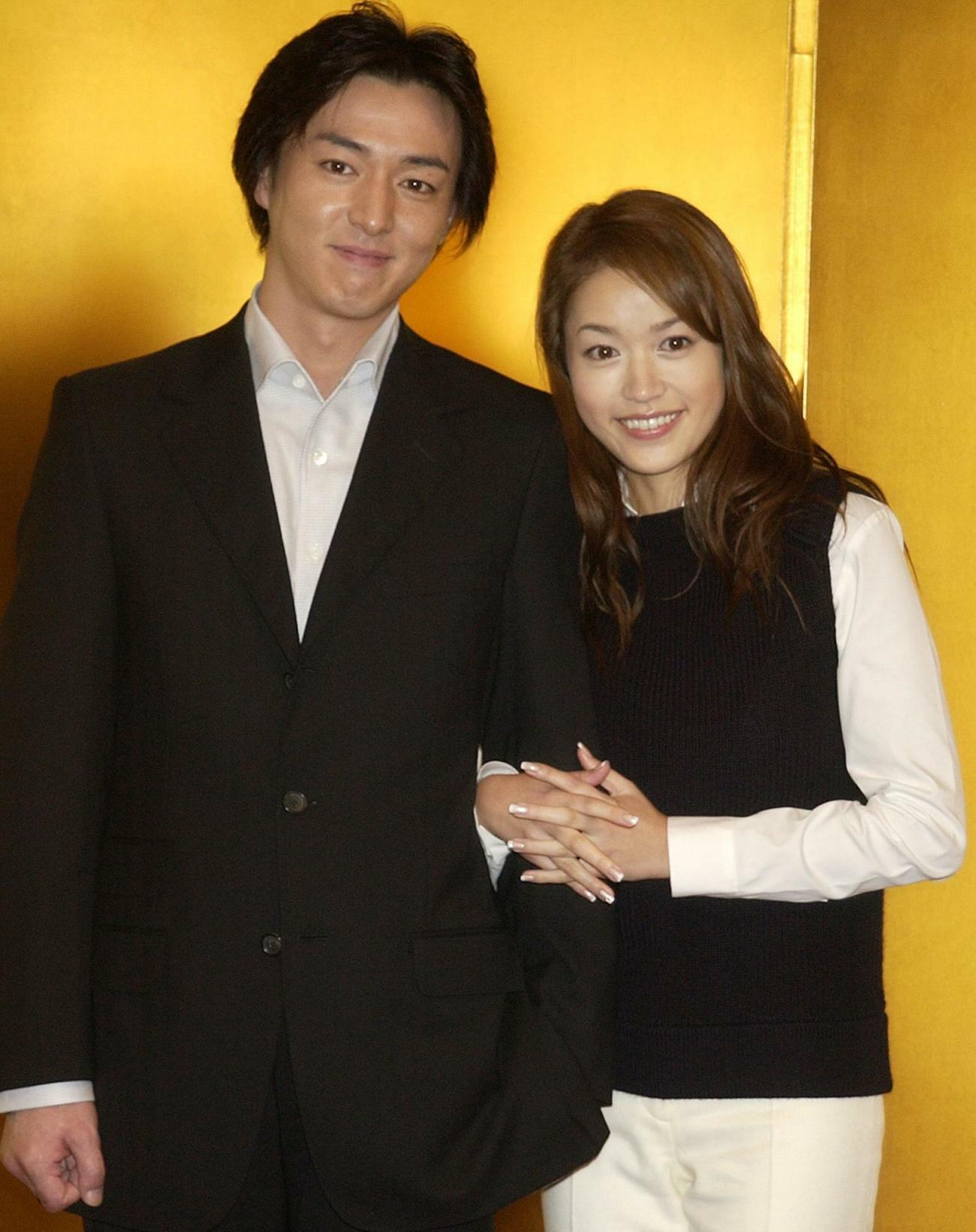 笑顔で入籍を報告した細川直美(右)と葛山信吾(02年10月21日撮影)