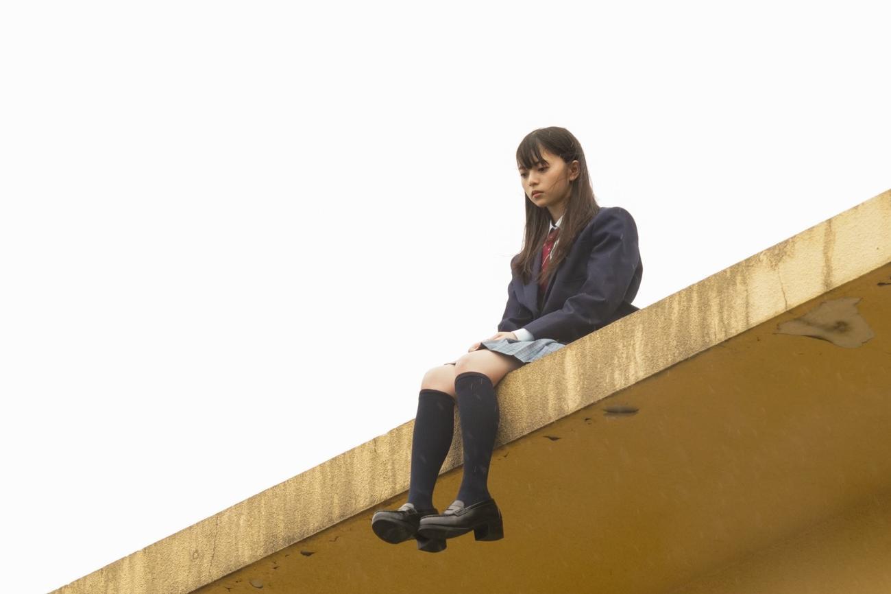 ドラマ「リモートで殺される」で、屋上から転落死した女子高生、田村由美子を演じる齋藤飛鳥