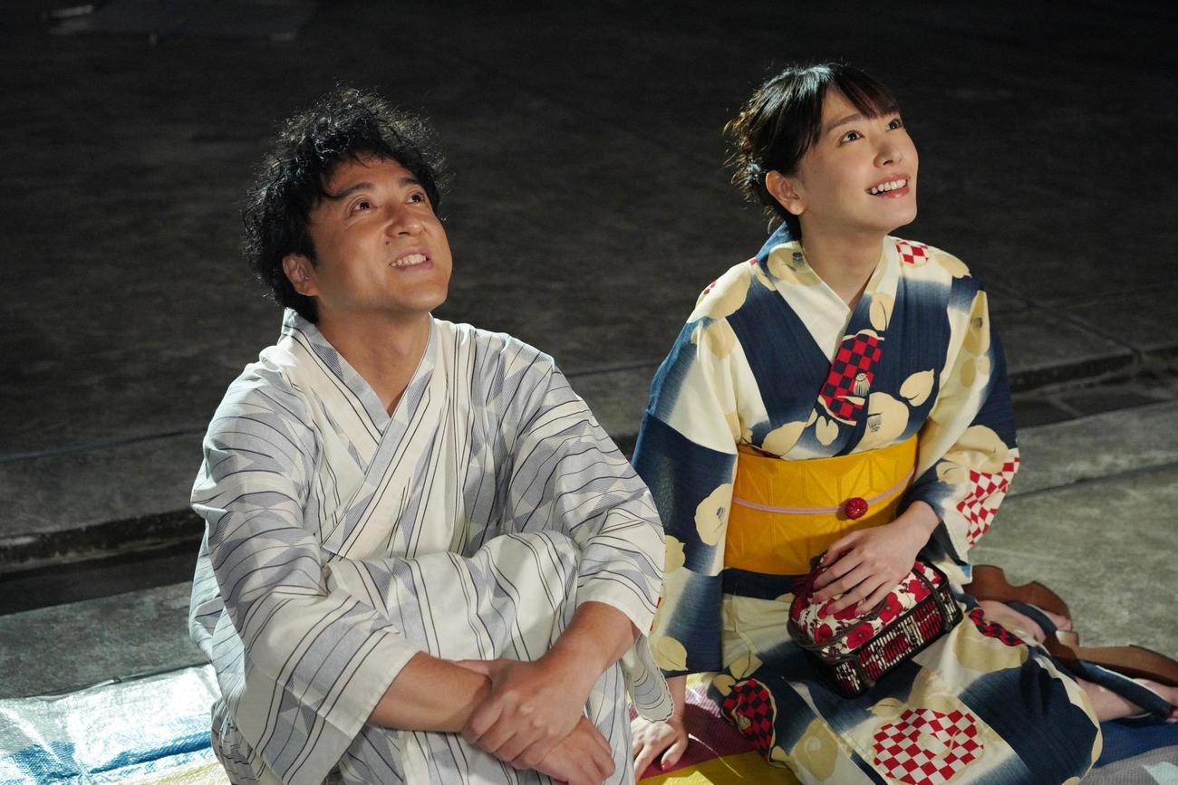 8月2日スタートの日本テレビ系「親バカ青春白書」(日曜午後10時30分)に出演する、浴衣姿のムロツヨシ(左)と新垣結衣
