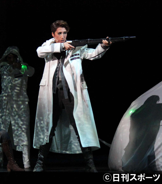 宝塚歌劇5カ月ぶり別箱公演で、SF作品に主演した宙組トップ真風涼帆(撮影・村上久美子)