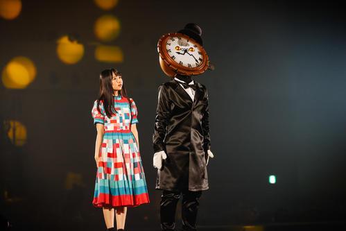 オンラインライブを開催した日向坂46上村ひなの(左)