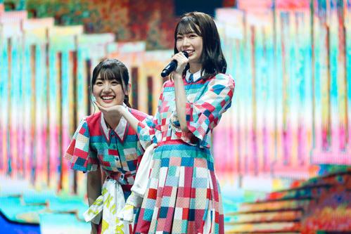 オンラインライブを開催した日向坂46の佐々木美玲(左)と高本彩花