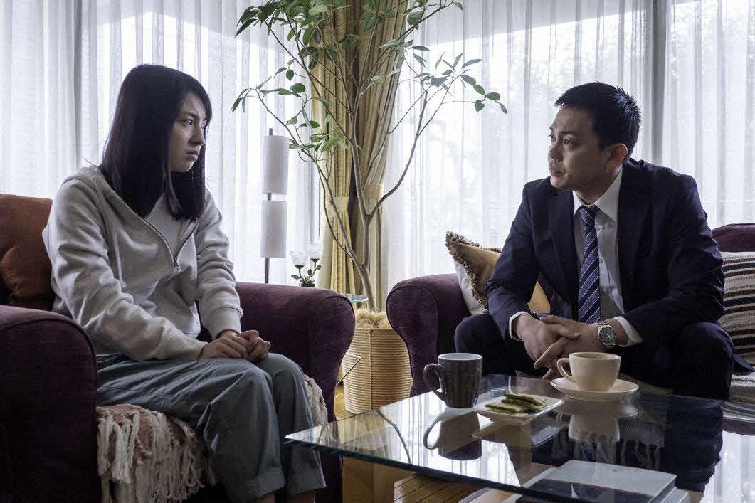 相川百合亜(桜庭ななみ=左)を自宅に尋ねて、事件の真相を聞き出そうとする刑事の永井敏彦(青柳翔)(C)フジテレビ系